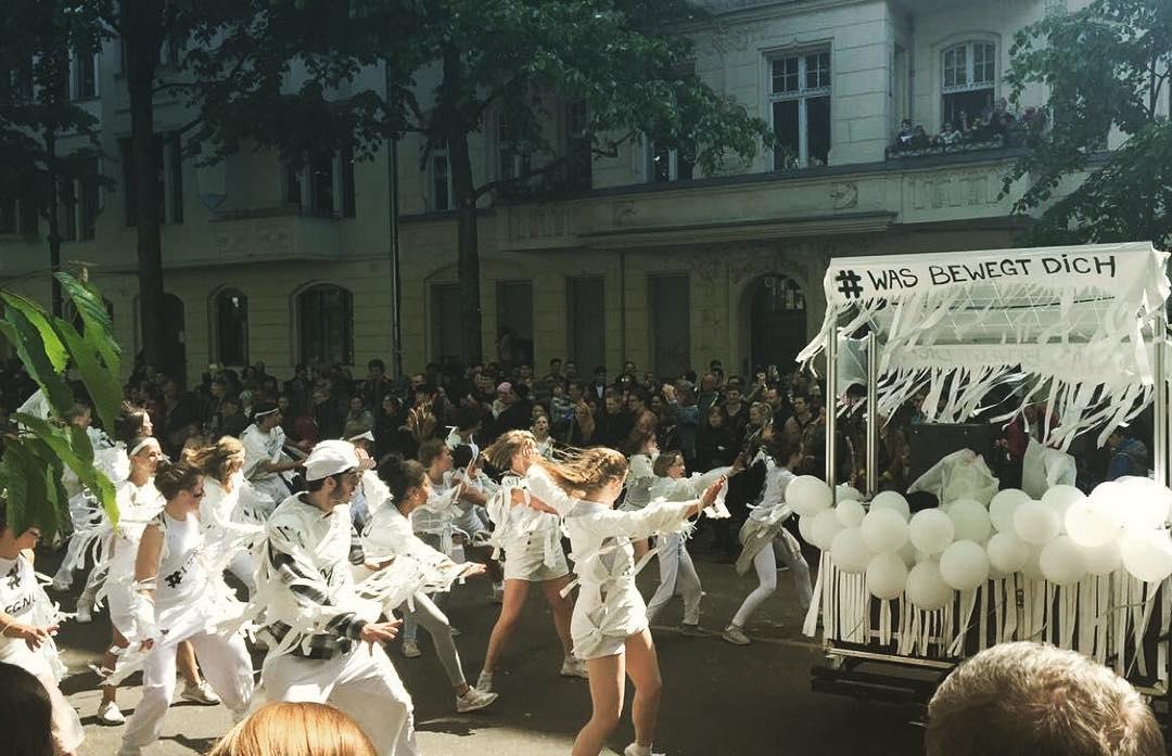 Was bewegt dich? Motion*s und Academy Bühnenkunstschule auf dem Karneval der Kulturen 2016