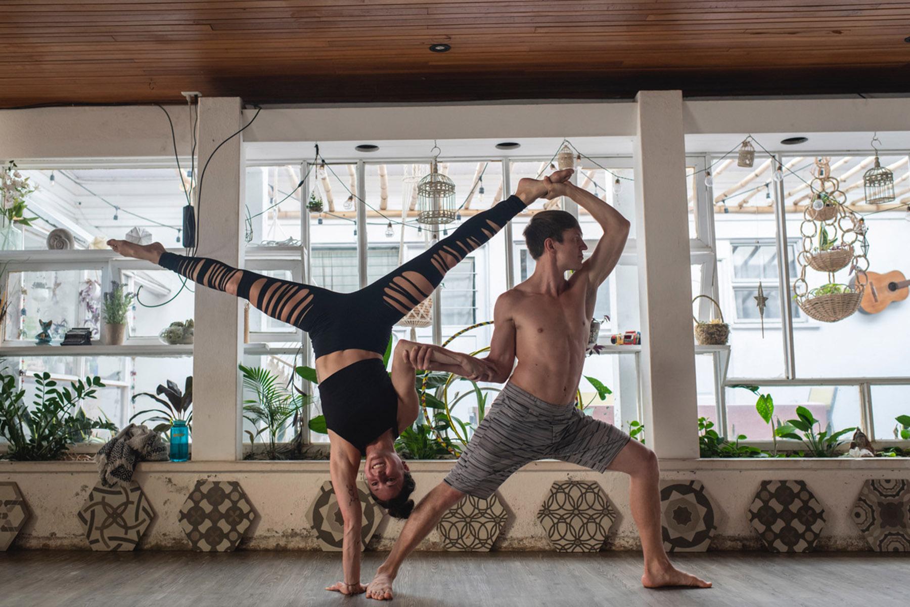 Julia_Kuehner_Handstand_Balancing